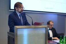 Przy mównicy czyta list minister Paweł Szrot