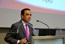 Ambasador Peru przemawia z mównicy w auli KSAP.