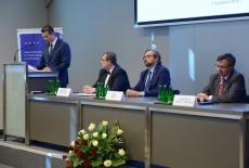 Od lewej przy stole prezydialnym: Prezes Stowarzyszenia Absolwentów KSAP, Dyrektor KSAP, Zastępca Szefa Kancelarii Prezesa Rady Ministrów, Szef Służby Cywilnej