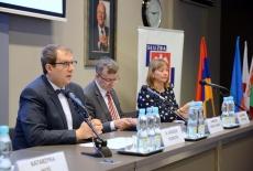 Przy stole prezydialnym siedzą od lewej Dyrektor KSAP, Szef Służby Cywilnej, Dyrektor Departamentu Współpracy Rozwojowej Ministerstwa Spraw Zagranicznych