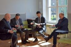 Czterech uczetników szkolenia podczas zajęć w grupach. Siedzą na krzesłach.