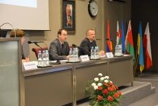 Przy stole prezydialnym siedzi od lewej: Katarzyna Woś, Jan Hofmokl, Tomasz Bolek