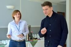 Stoją obok siebie w sali szkoleniowej: uczestniczka szkolenia i trener Tomasz Kammel.