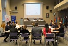 Uczestnicy szkolenia siedzą w ławkach na auli KSAP tyłem, a przy stole prezydialnym siedzi Katarzyna Woś, Jan Hofmokl, Tomasz Bolek