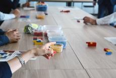 stół z klockami Lego - warsztat podczas szkolenia