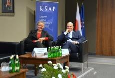 dr Agnieszka Tombińska oraz dr Bartosz Włodarski siedzą na kanapie w prezydium na Auli KSAP