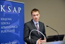 Mateusz Kolaszyński przemawia przy mównicy