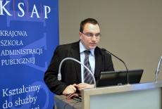 Dariusz Stolicki przemawia przy mównicy