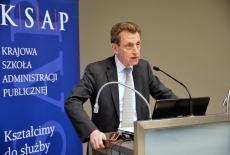 Ambasador Pierre Buhler przemawia przy mównicy