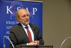 prof. dr hab. Bogdan Szlachta przemawia przy mównicy