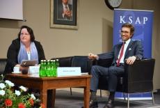 Prof. dr hab. Jolanta Itrich-Drabarek i Rafał Górski siedzą na kanapie w prezydium na Auli KSAP