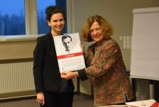 Ewa Junczyk-Ziomecka wręcza dyplom z podziękowaniami Karolinie Biłej, pracownikowi OKS KSAP