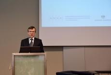 Szef Służby Cywilnej Dobrosław Dowiat-Urbański, stoi przy mównicy i przemawia