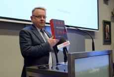 Przy mównicy publikację KSAP prezentuje profesor Tomasz Bąkowski