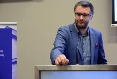 Uczestnik konferencji przy mównicy