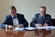 Dyrektor KSAP i Rektor Wyższej Szkoły Policji w Szczytnie podpisują porozumienie