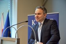 Szef Agencji Wywiadu przemawia z mównicy KSAP.