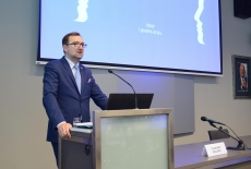Minister Sławomir Mazurek przy mównicy
