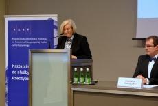 Przy mównicy przemawia Poseł na Sejm RP Józefa Hrynkiewicz, po prawej siedzi Dyrektor KSAP.