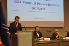 Przy mównicy przemawia Minister Mariusz Błaszczak, po prawej przy stole siedzą Dyrektor KSAP, Minister Beata Kempa
