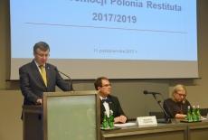 Przy mównicy przemawia Szef Służby Cywilnej, po prawej przy stole siedzą Dyrektor KSAP, Minister Beata Kempa