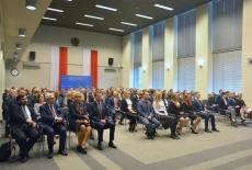 Uczestnicy uroczystości siedzą w auli KSAP