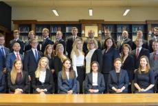 Zdjęcie grupowe nowych słuchaczy KSAP w bibliotece