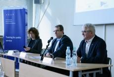 Przedstawiciele KSAP i Study Tours to Poland siedzą przy stole prezydialnym