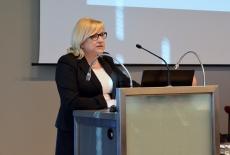 Szef KPRM Beata Kempa przemawia przy mównicy.
