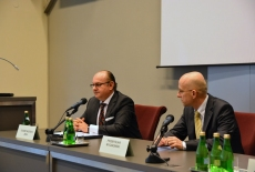 Ambasador Egiptu Youssef Mostafa Zada i Pan Przemysław Wyganowski siedzą za stołem prezydialnym.