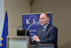 Przy mównicy Wojewoda Mazwowiecki. W tle baner KSAP i flaga UE.