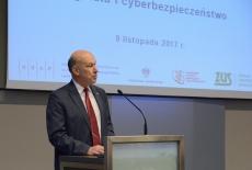 Dziekan Wydziału Zarządzania Politechniki warszawskiej przemawia przy mównicy