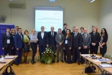 Zdjęcie grupowe wszystkich uczestników szklenia wraz z przedstawicielami KSAP i MSZ