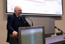 Prezes Fundacji Warszawskie Seminarium Aksjologii Administracji przy mównicy
