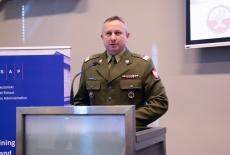 Rektor Akademii Sztuki Wojennej przy mównicy
