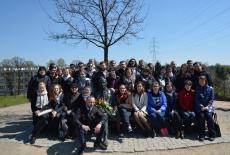 Zdjęcie grupowe Słuchaczy XXVII Promocji przy pomniku Jana Karskiego.