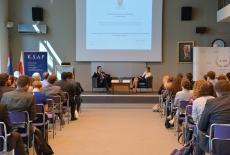 Na fotelach przy stole prezydialnym siedzi Minister Spraw Spraw Zagranicznych Chorwacji Pan Miro Kovač oraz Katarzyna Pisarska, Dyrektor EAD, a na widowni zgoradzeni goście.