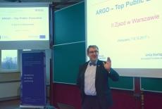 Dyrektor KSAP Wojciech Federczyk stoi przed uczestnikami i przemawia