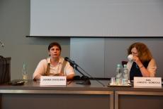 Janina Ochojska i Ewa Junczyk-Ziomecka siedzą przy stole prezydialnym.