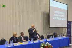 W prezydium siedzi Urszula Dubejko Dyrekttor DSC KPRM, Dobromir Dowiat-Urbański Szef SC, Jan Pastwa Dyrektor KSAP przemawia stojąc dalej siedzi Marek Kisilowski.