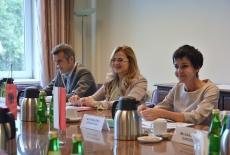 Pani Pranvera Strakosha i dwie osoby towarzyszce siedzą przy stole.
