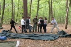 Słuchacze KSAP rozkładają namot w lesie.