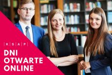 czterech młodych uśmiechniętych ludzi, w tle półki z książkami. W rogu zdjęcia czerwony trójkąt z białym napisem dni otwarte online oraz KSAP