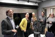 Uczestnicy spotkania w Helsinkach stoją w sali wykładowej