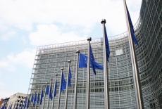 Flagi Unii Euroepjskiej na tle budynku Komisji Europejskiej