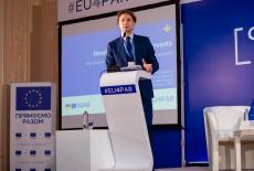 Przedstawiciel KSAP przemawia przy mównicy