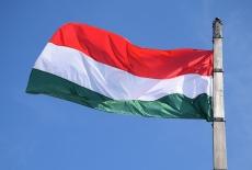 flaga węgierska na tle niebieskiego nieba