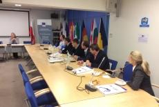 Uczestnicy szkolenia siedzą w ławkach w Przedstawicielstkie Komisji Europejskiej w Polsce.