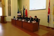 Przy stole prezydialnym siedzą prelegenci, a wśród nich Jan Pastwa