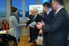 Uczestniczka szkolenia odbiera dyplom i podaje rękę Dyrektorowi KSAP.